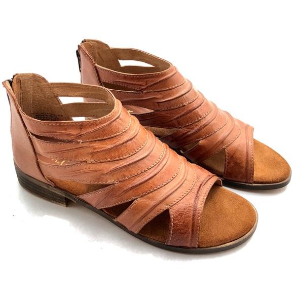 ec7836c80554 diba true Shoes - NWOT Diba True • Deep Thought Banded Flat Sandal